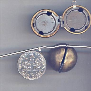 3 VINTAGE BRASS SMOOTH DROP 18mm ROUND LOCKETS - Click Image to Close